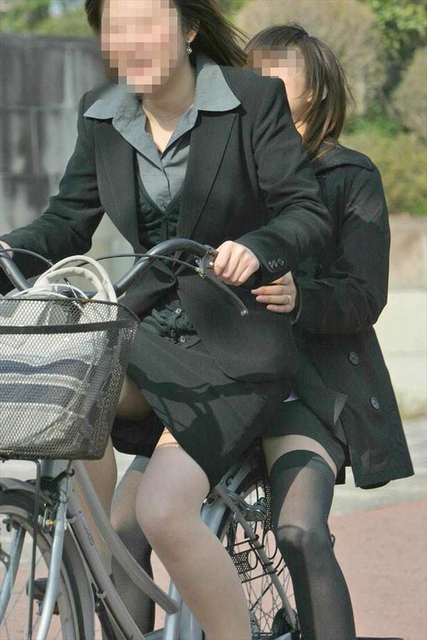 タイトスカートで自転車に乗ってるOLさん 13