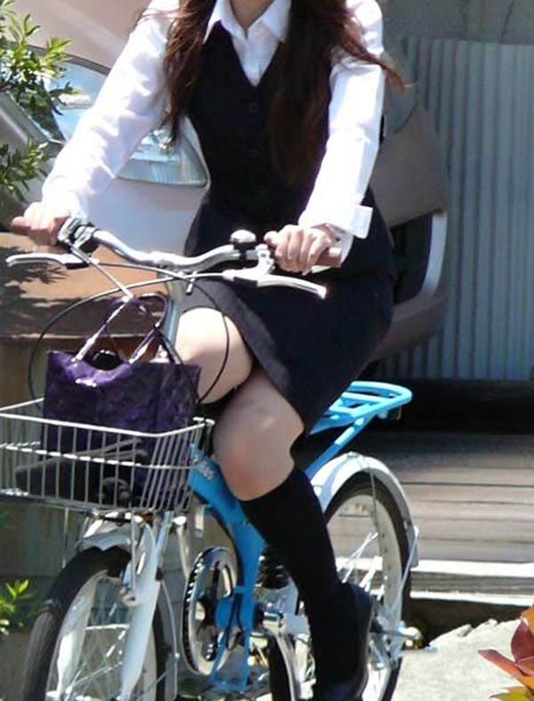 タイトスカートで自転車に乗ってるOLさん 14