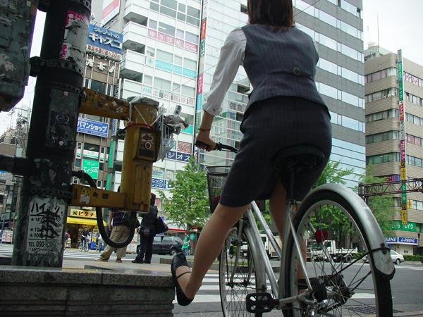 自転車通勤中のOLさん 16