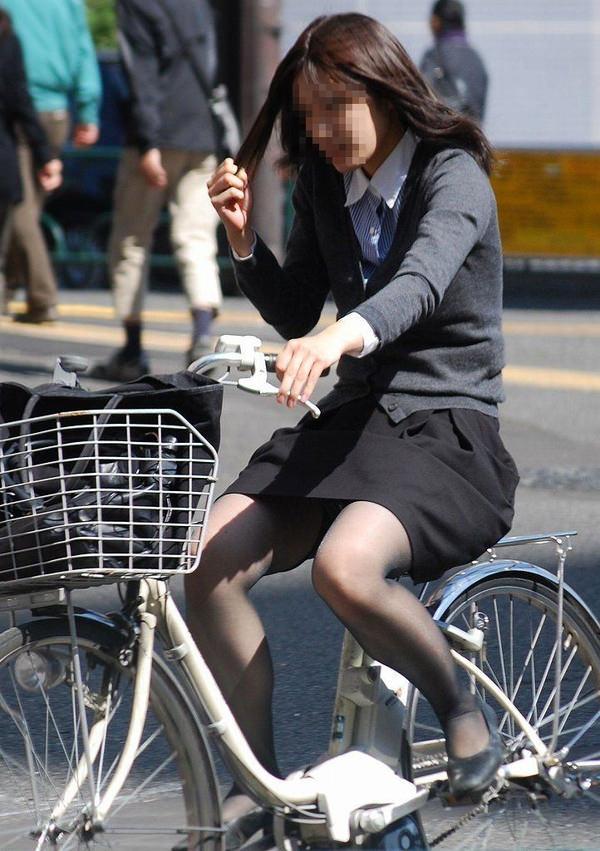 自転車通勤中のOLさん 17