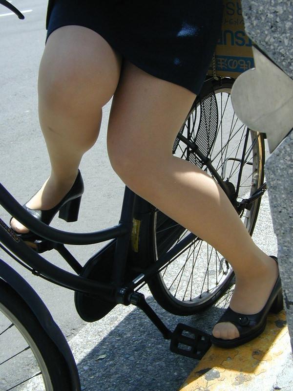 タイトスカートで自転車に乗ってるOLさん 18