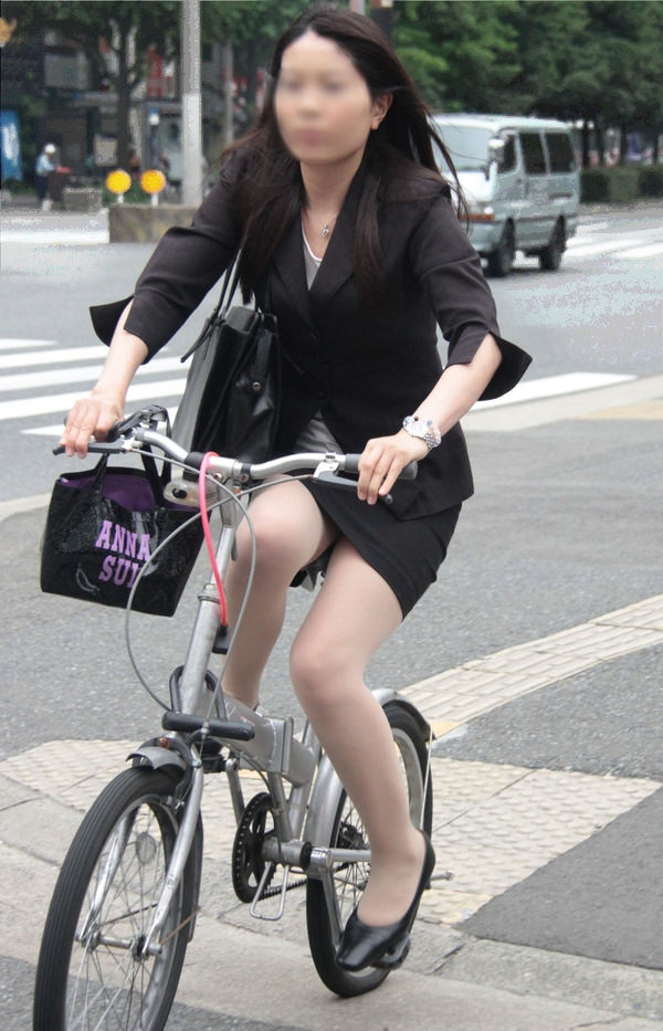 タイトスカートで自転車に乗ってるOLさん 19