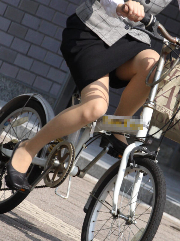 タイトスカートで自転車に乗ってるOLさん 20