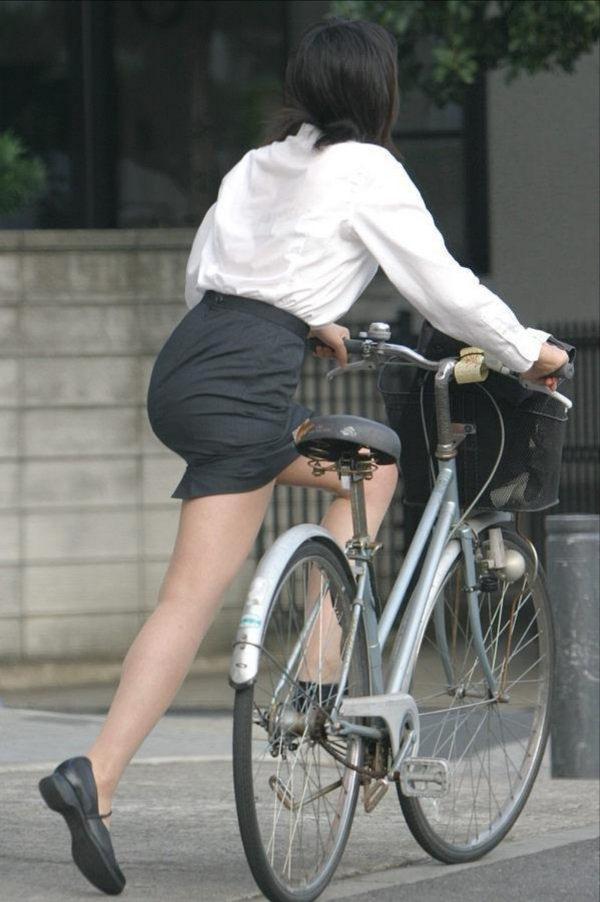 タイトスカートで自転車に乗ってるOLさん 21