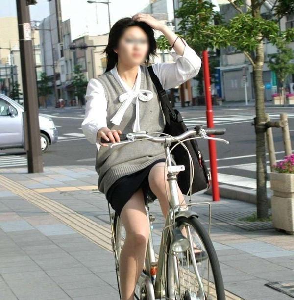 自転車通勤中のOLさん 22