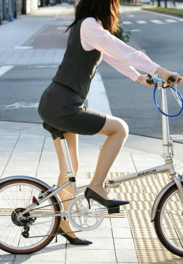 自転車通勤中のOLさん 23