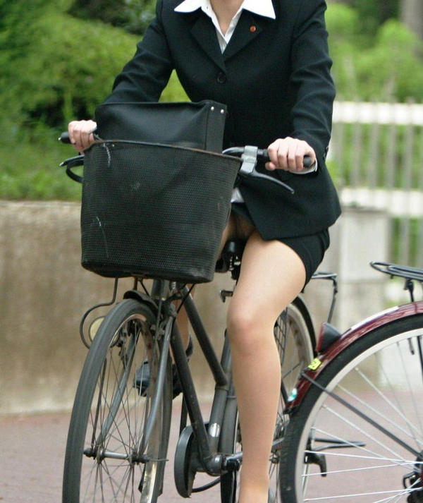 自転車通勤中のOLさん 24