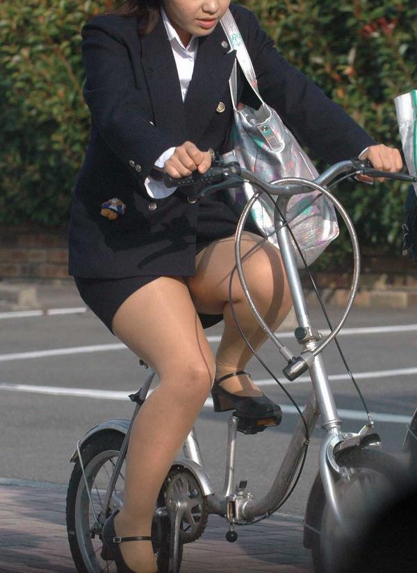 自転車通勤中のOLさん 25