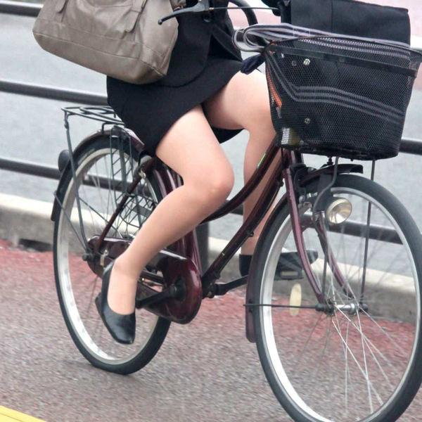 自転車通勤中のOLさん 26