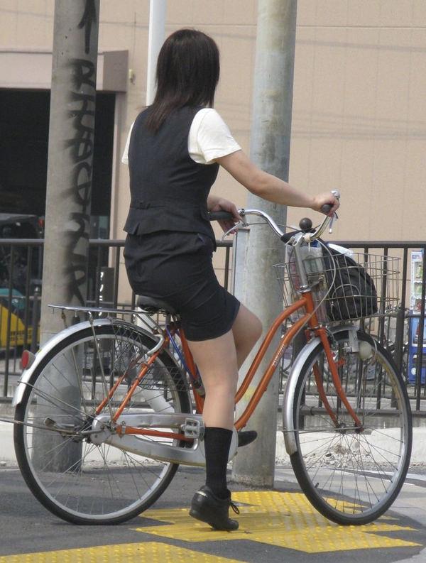 タイトスカートで自転車に乗ってるOLさん 27