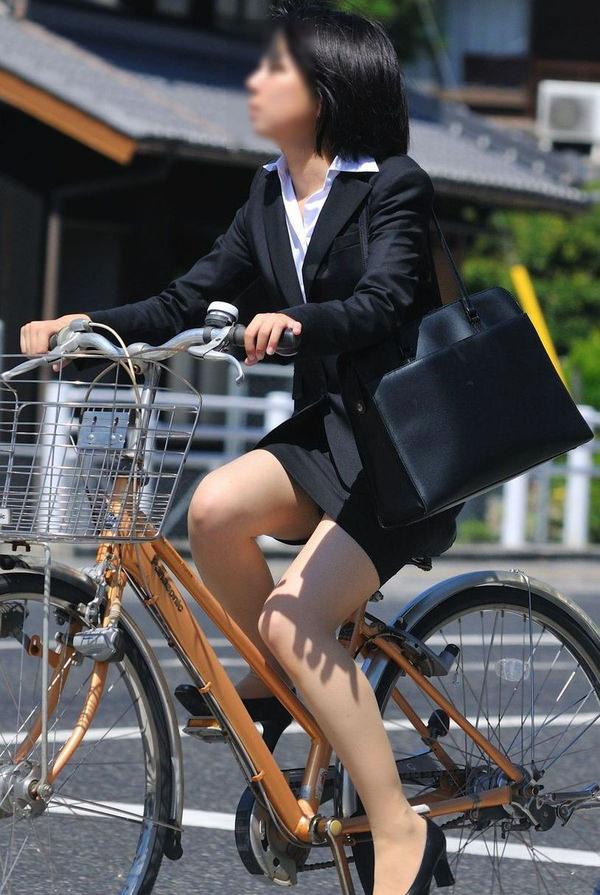 自転車通勤中のOLさん 28