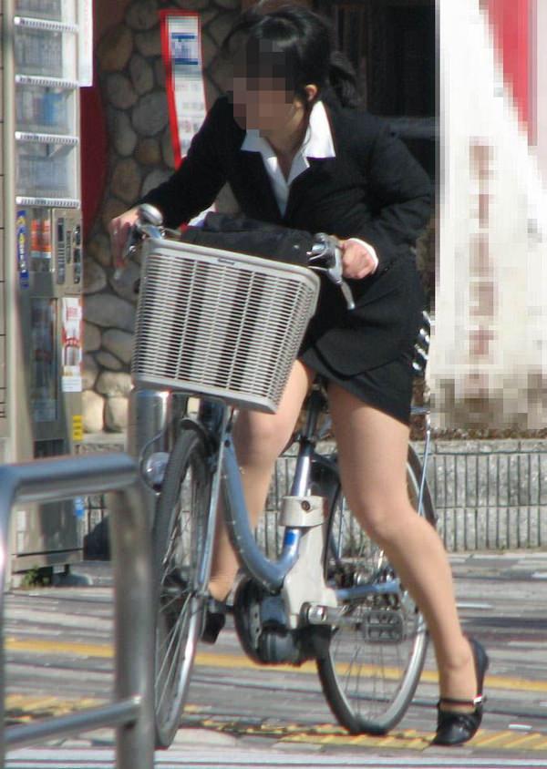 自転車通勤中のOLさん 29