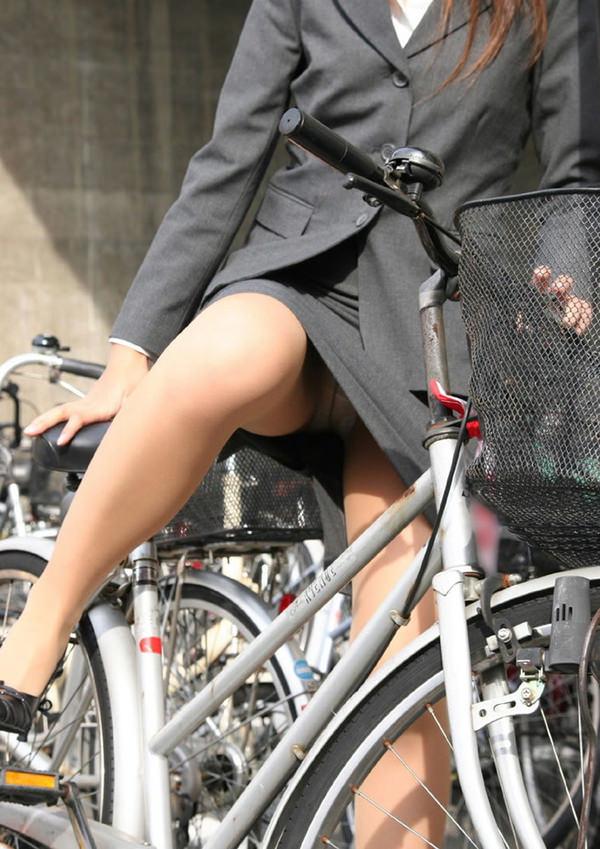 タイトスカートで自転車に乗ってるOLさん 30