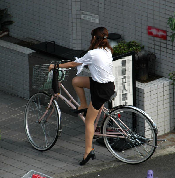 タイトスカートで自転車に乗ってるOLさん 31