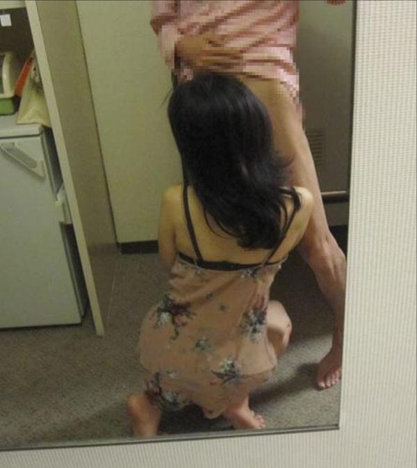 フェラの鏡撮りをする素人カップル 14