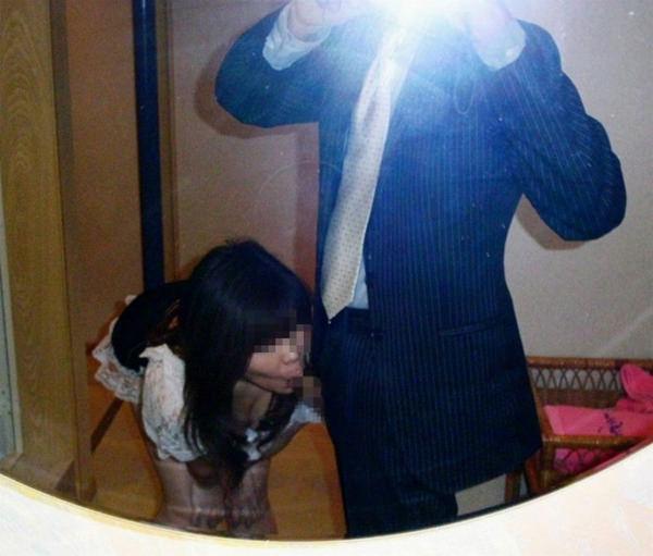 フェラの鏡撮りをする素人カップル 21