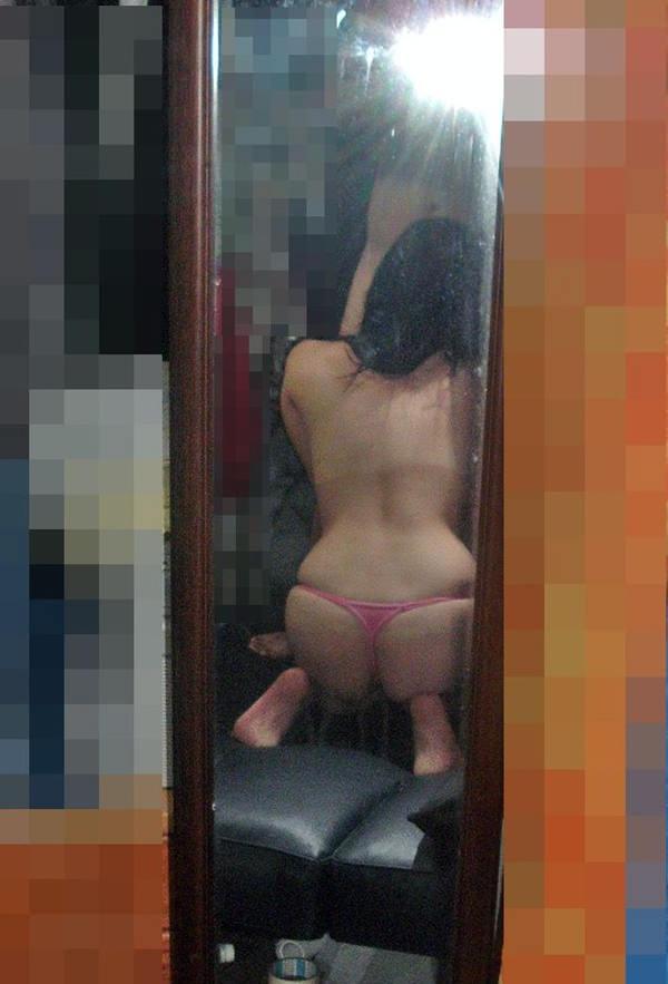 フェラの鏡撮りをする素人カップル 23