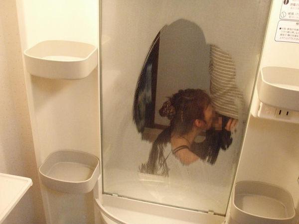 フェラの鏡撮りをする素人カップル 25