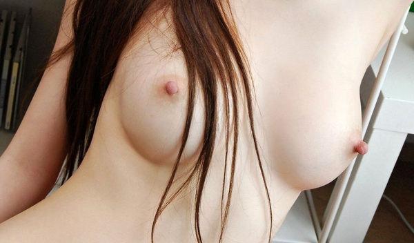 美乳の勃起乳首 3