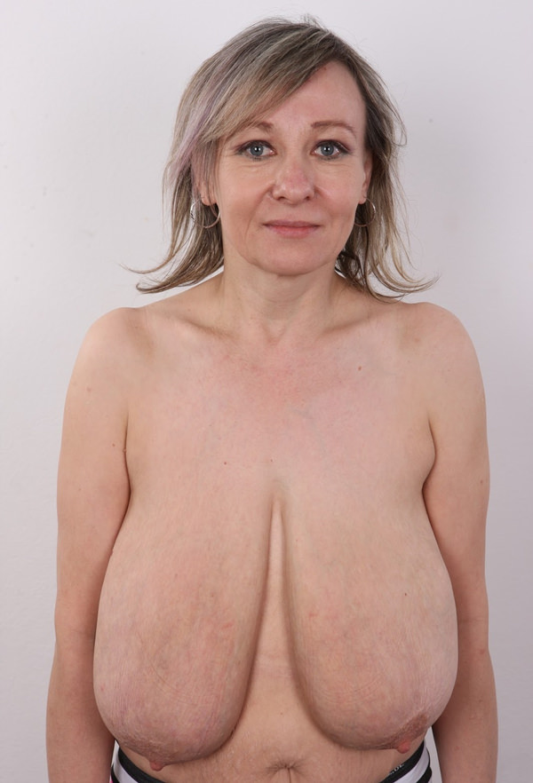 外国人熟女の超垂れ乳 1