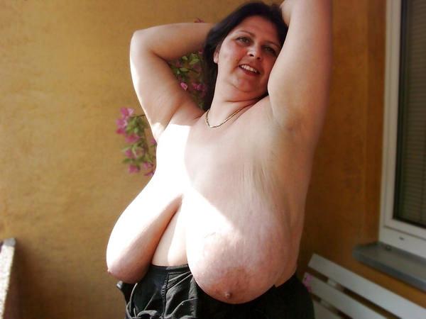 外国人熟女の超垂れ乳 18