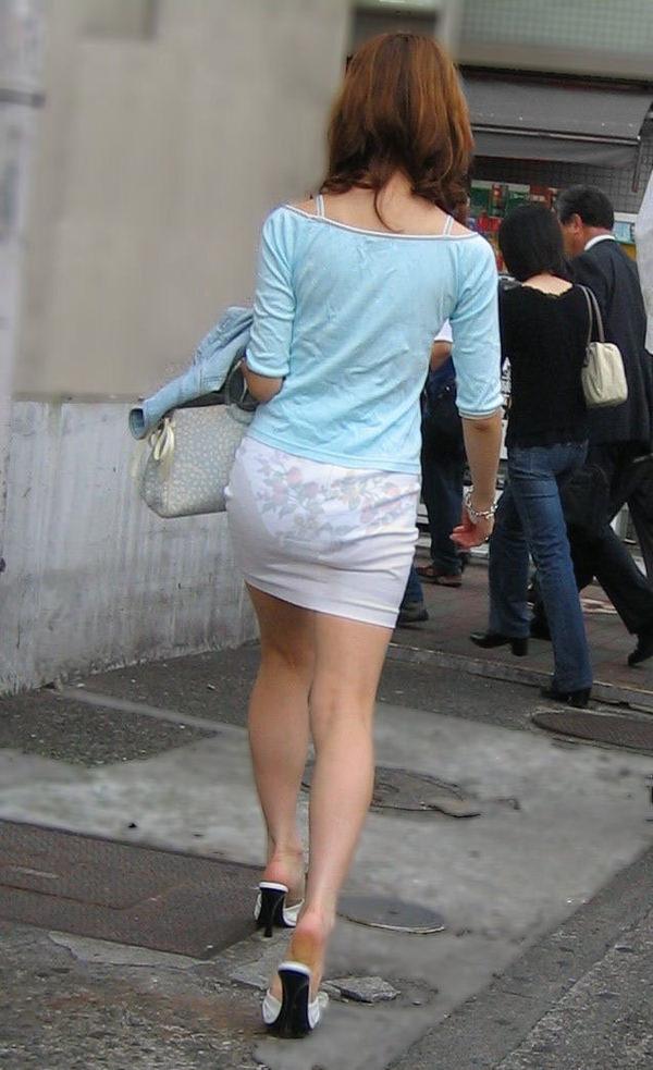パンツの柄までモロ分かり!柄パンツが透けパン状態の素人お嬢さん