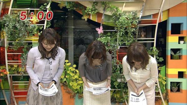 【女子アナ胸チラ】お辞儀で胸チラしちゃった女子アナのキャプ画像
