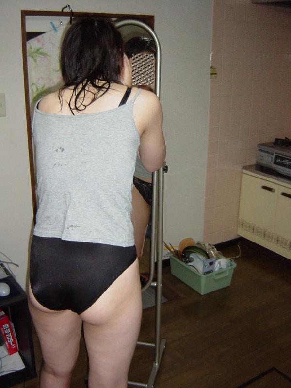 家庭内で撮った素人のパンツ 14