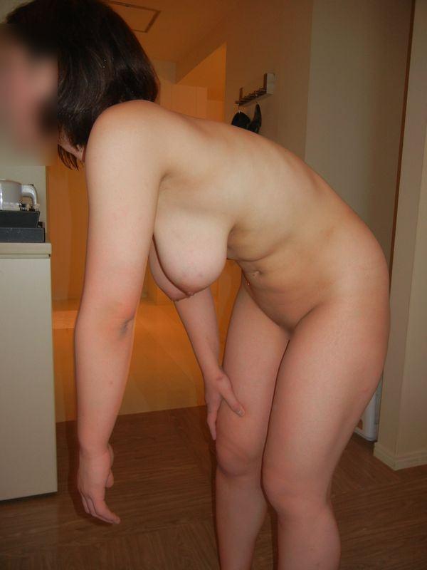 家庭内で撮った素人の横乳 7