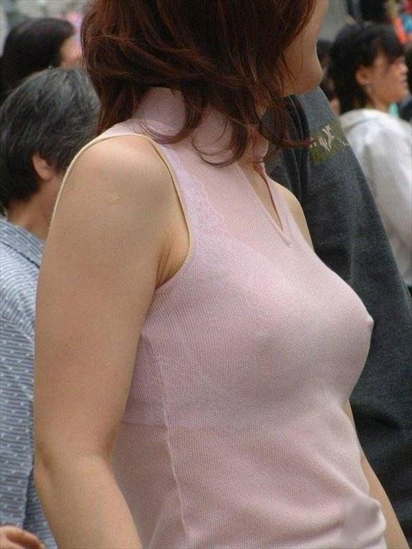 ノーブラニットの透け乳首 10