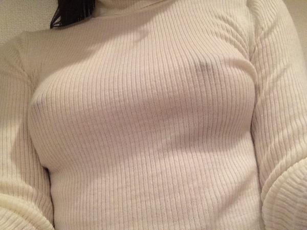 ノーブラニットの透け乳首 17