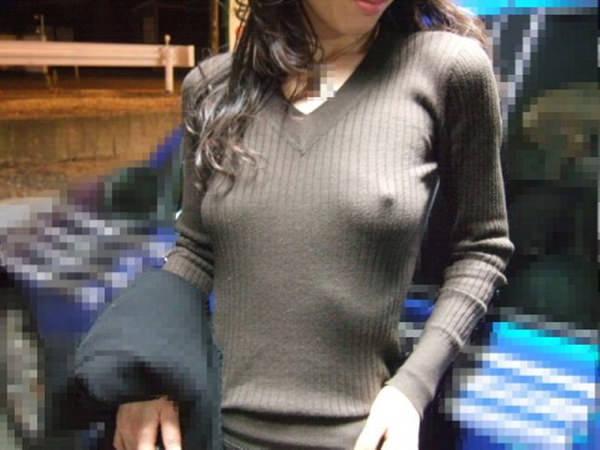 ノーブラニットの透け乳首 27