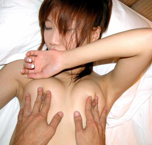 両乳首を弄られてる女の子 6