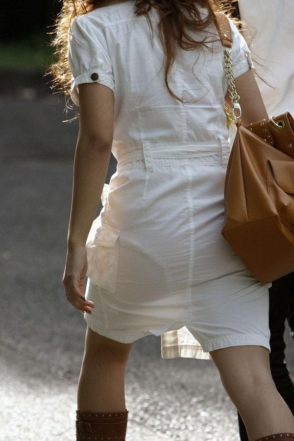白スカート・白パンツで透けパンしてる素人の街撮り 1