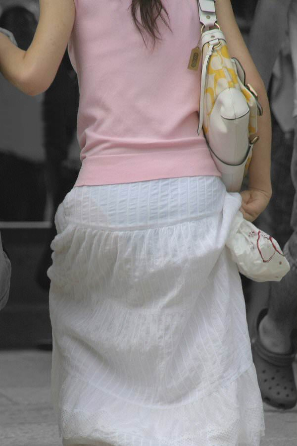 白スカートや白パンツで素人が透けパン 3