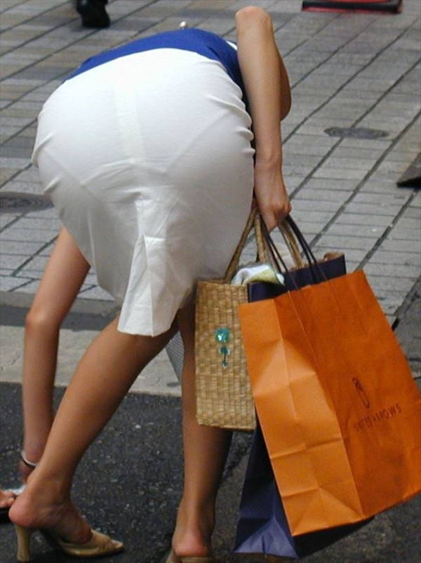 白スカートや白パンツで素人が透けパン 12