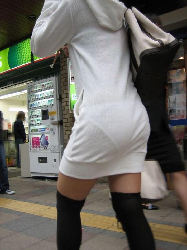 白スカートや白パンツで素人が透けパン 16