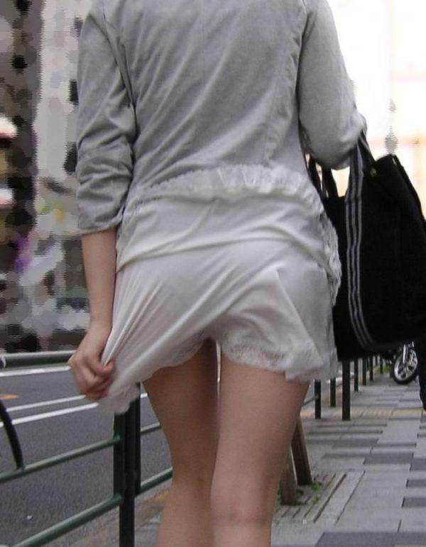 白スカートや白パンツで素人が透けパン 19