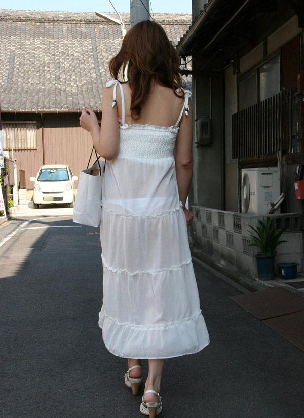 白スカート・白パンツで透けパンしてる素人の街撮り 22