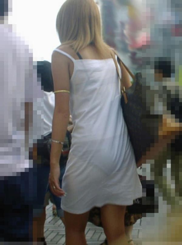 白スカートや白パンツで素人が透けパン 26