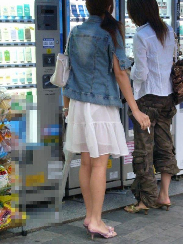 白スカートや白パンツで素人が透けパン 33