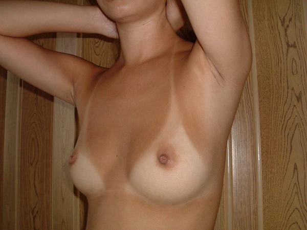 茶色い乳首の素人のおっぱい 24
