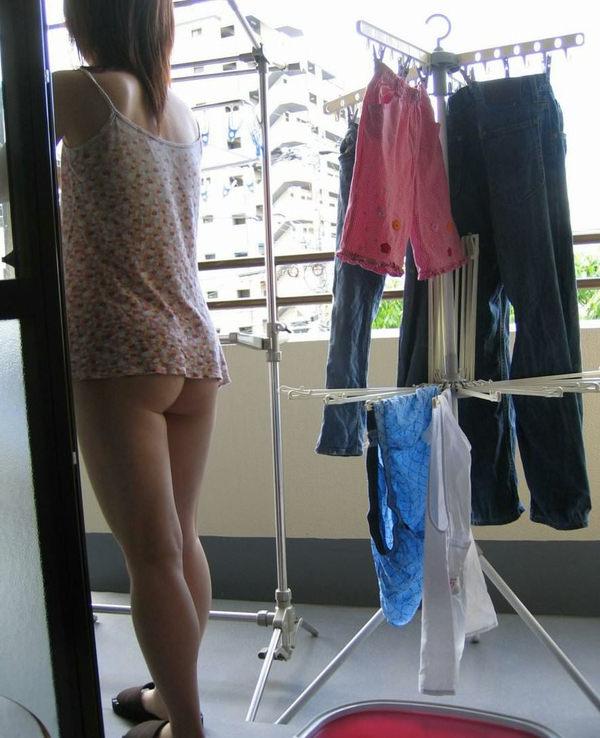 裸エプロンや下着姿で家事をする素人 8