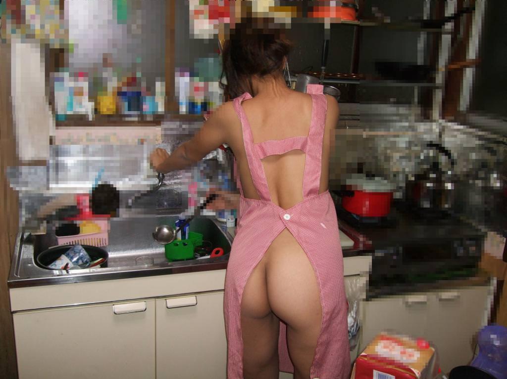 裸エプロンや下着姿で家事をする素人