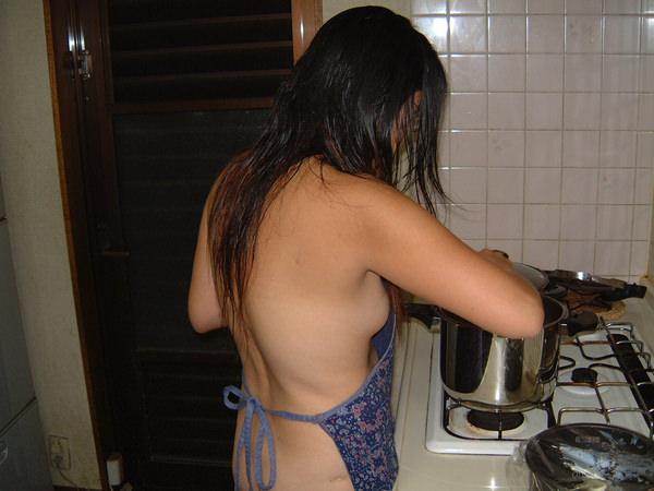 裸エプロンや下着姿で家事をする素人 26