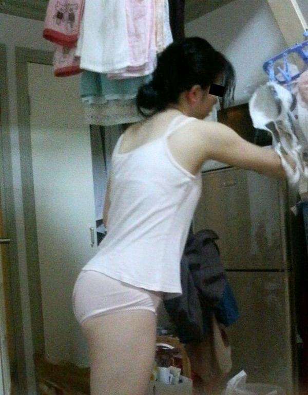 裸エプロンや下着姿で家事をする素人 33