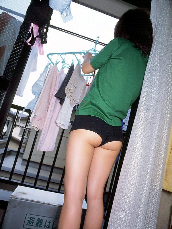 裸エプロンや下着姿で家事をする素人 36