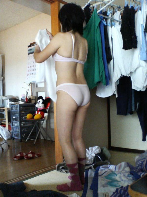 裸エプロンや下着姿で家事をする素人 38