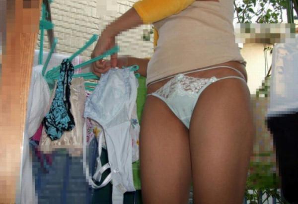 裸エプロンや下着姿で家事をする素人 39