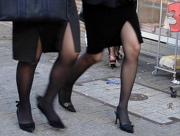 スリットスカートの素人の太もも 35